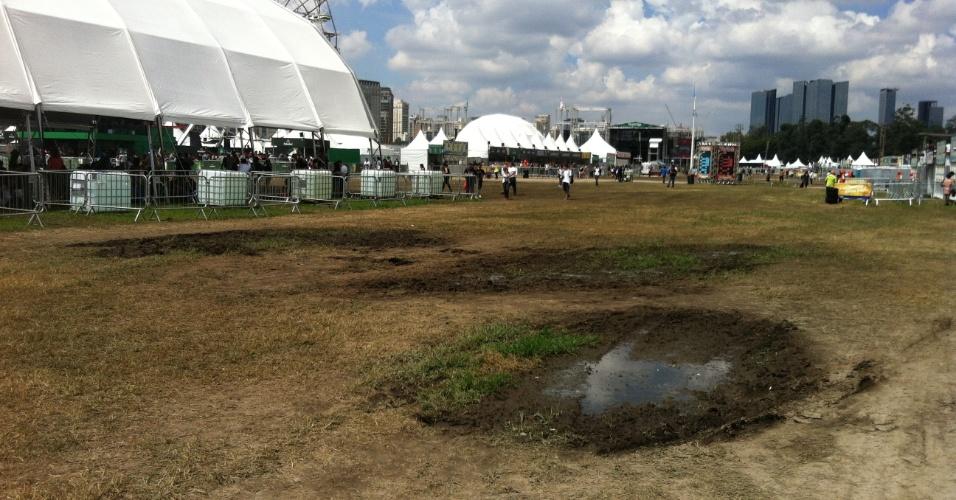 """31.mar.2013: Poças e """"ilhas de lama"""" próximo ao palco Alternativo Alternativo e nas proximidades das grandes tendas de descanso disponibilizadas pelo festival"""