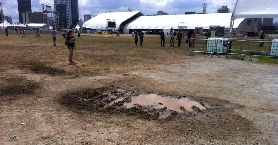 31.mar.2013: São poucas poças no terceiro dia de evento, mas há bastante lama e mato danificado no caminho entre um palco e outro