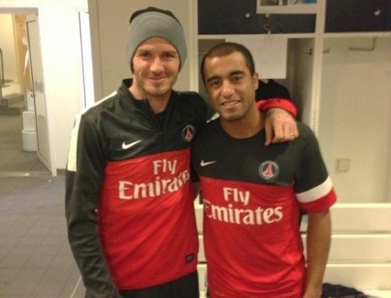 Lucas (d) posta foto com companheiro de PSG Beckham