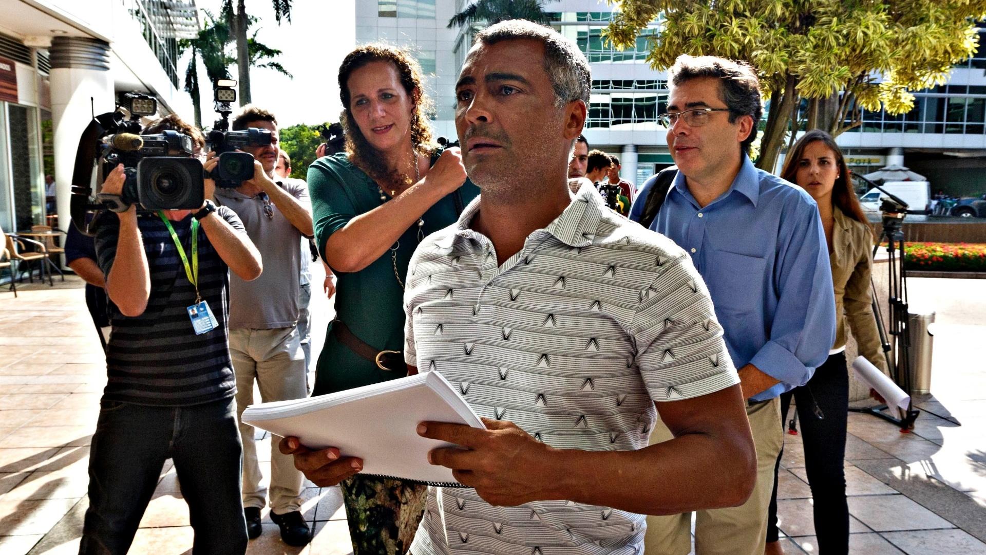 01.abr.2013 - Romário chega na CBF ao lado de Ivo Herzog com a petição pública que pede a saída de José Maria Marin da entidade em mãos.