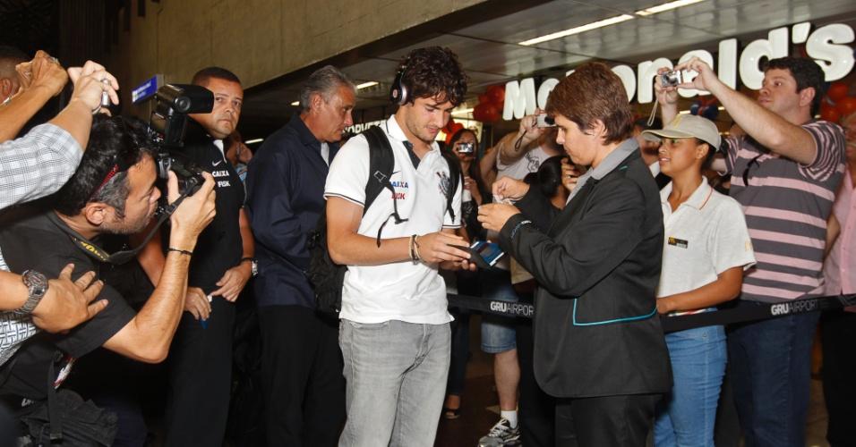 01.abril.2013 - Alexandre Pato em embarque do Corinthians para a Colômbia