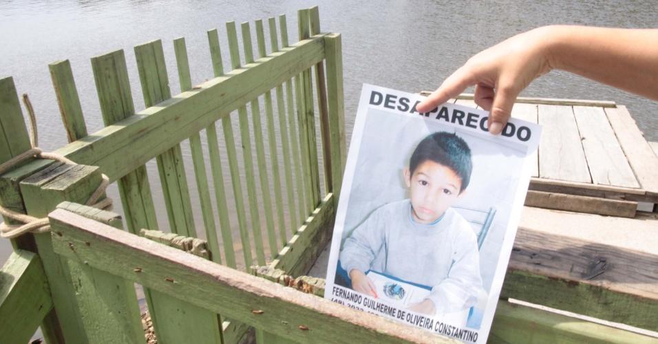 1º.abr.2013 - Corpo do menino Fernando Guilherme Constantino, 7, que estava desaparecido desde a tarde do domingo (31), foi encontrado próximo a ponte do rio Imaruim, em Palhoça (SC), nesta segunda-feira (1º). Um tio fez o reconhecimento do garoto. O corpo foi encontrado por pescadores