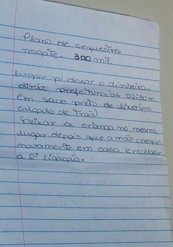 1º.abr.2013 - Folha de papel com supostas anotações da manicure Suzana do Carmo de Oliveira, 22, que confessou o assassinato do menino João Felipe Eiras Santana Bichara, 6, em Barra do Piraí, no sul do Estado do Rio de Janeiro, no último dia 25. As anotações, que apontam um passo-a-passo do crime e indicam que ela planejava pedir R$ 300 mil de resgate pelo sequestro da criança, foram entregues à polícia, na manhã desta segunda-feira (1º), pela mãe da manicure