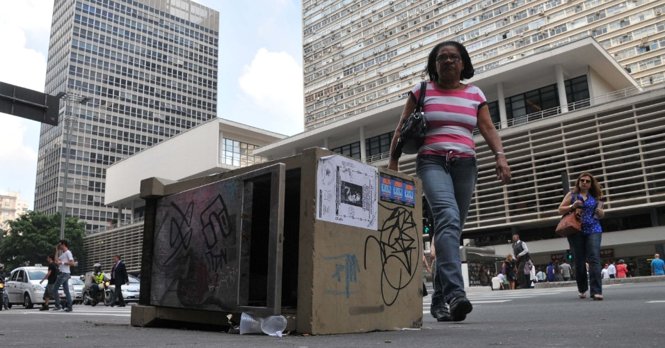1º.abr.2013 - Lixeira é vista tombada em frente ao banco Safra, na avenida Paulista, em São Paulo (SP), nesta segunda-feira (1º). Com essa, já são seis as lixeiras tombadas nas calçadas da Paulista