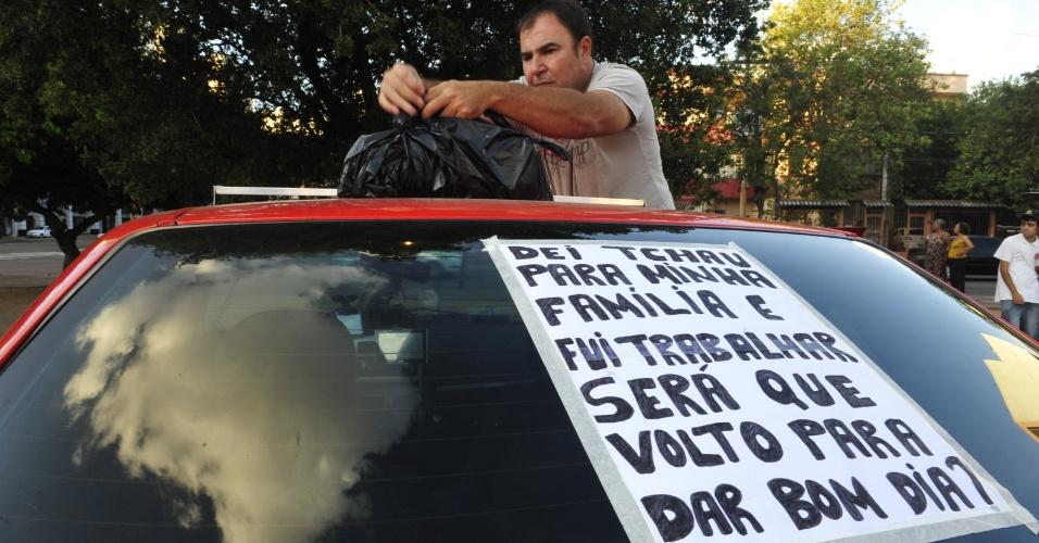 1º.abr.2013 - Cartaz colado por motorista em seu táxi nesta segunda-feira (1º) expressa temor após a morte de três motoristas de táxis na madrugada de sábado em Porto Alegre (RS). Mais de 50 taxistas bloquearam vias próximas à rodoviária da capital gaúcha na noite de domingo (31), provocando filas de passageiros na estação, em manifestação pedindo mais segurança