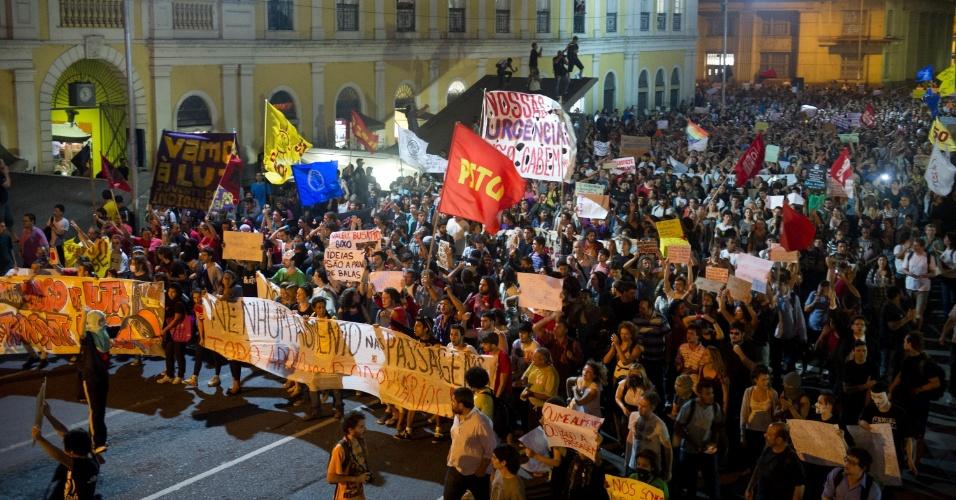 1º.abr.2013 - Manifestantes se reúnem em frente à sede da Prefeitura de Porto Alegre, na noite desta segunda-feira (1º), em protesto contra o aumento da tarifa de ônibus na capital gaúcha. Agentes da Brigada Militar e da Guarda Municipal fazem a segurança do prédio. Em protesto na última quarta-feira (27), manifestantes tentaram invadir o prédio da prefeitura e houve confronto com a polícia
