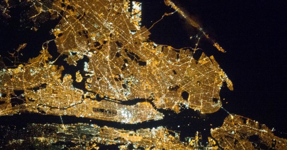 1.abr.2013 - Membros da missão 35 da Estação Espacial Internacional (ISS, na sigla em inglês) registraram a noite iluminada na região metropolitana de Nova York, nos Estados Unidos