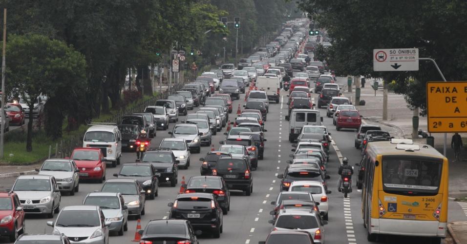 1º.abr.2013 - Motoristas enfrentam lentidão na Radial Leste, sentido centro, em São Paulo, na manhã desta segunda- feira (1º). A volta do feriado de Páscoa deixa o trânsito intenso nesta manhã