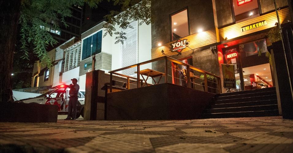 1º.abr.2013 - Policiais guardam restaurante japonês no bairro de Higienópolis, região central de São Paulo, onde bandidos fizeram um arrastão, na noite deste domingo (31). Quatro homens armados entraram, e, em cinco minutos, roubaram por volta de 20 pessoas. É pelo menos o sétimo caso de arrastão neste ano em restaurantes na capital