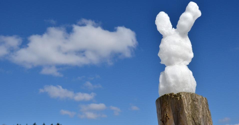 1°.abr.2013 - Um coelhinho da Páscoa de neve resiste a derreter em frente a casa em Kassel, região central da Alemanha, nesta segunda-feira (1°). Os meteorologistas preveem temperaturas em torno de 0°C e neve para os próximos dias no país