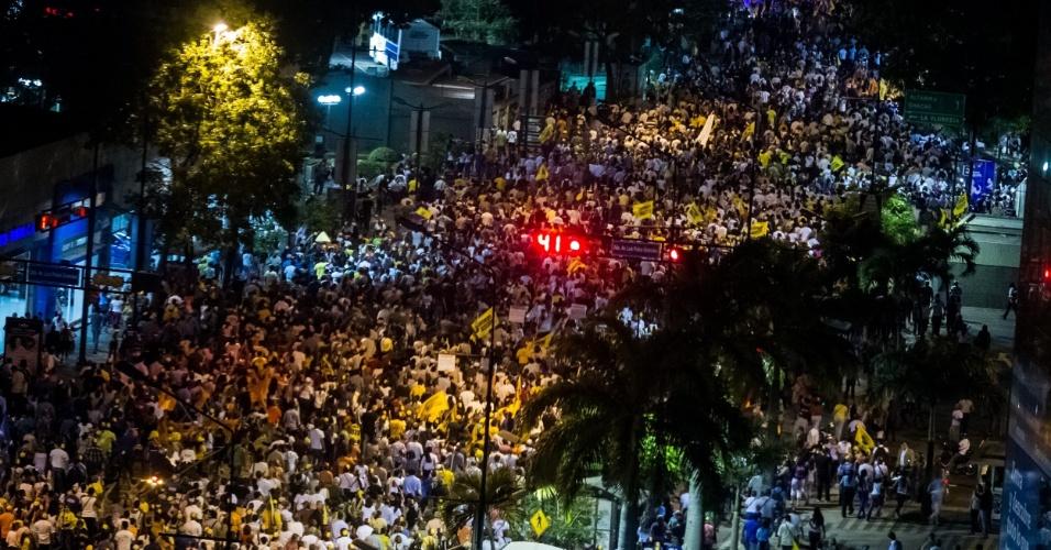 1º.mar.2013 - Centenas de pessoas participam de caminhada noturna nesta segunda-feira (1º), em Caracas, convocada pela campanha do oposicionista Henrique Capriles, que disputa a Presidência da Venezuela em 14 de abril contra o chavista Nicolás Maduro