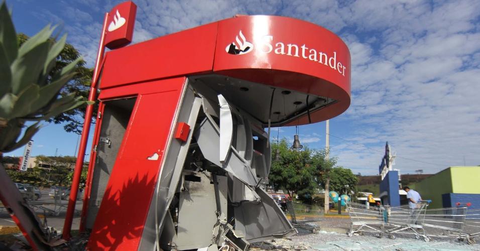 1º.mar.2013 - Criminosos explodiram dois caixas eletrônicos na BR-381, em Contagem, região metropolitana de Belo Horizonte