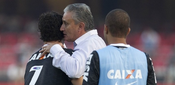 31.03.2013 - Tite, tcnico do Corinthians, cumprimenta Alexandre Pato aps a vitria alvinegra por 2 a 1 no clssico com o So Paulo