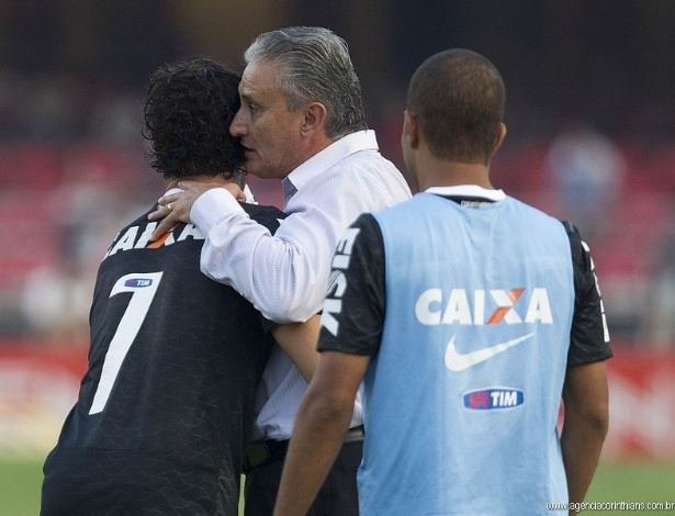 31.03.2013 - Tite, técnico do Corinthians, cumprimenta Alexandre Pato após a vitória alvinegra por 2 a 1 no clássico com o São Paulo