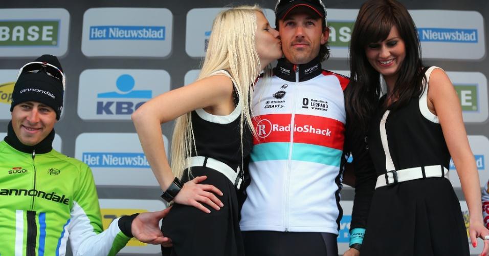 31.mar.2013 - O ciclista Peter Sagan aperta o bumbum de modelo ao ficar sem segundo lugar em etapa do Tour de Flanders, na Bélgica