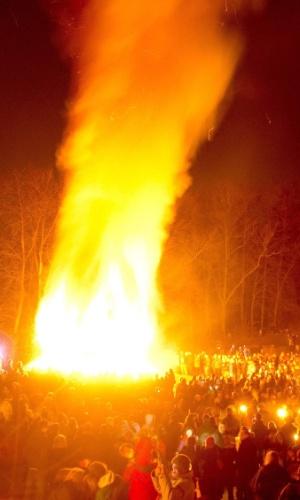 31.mar.2013 - Pessoas observam a tradicional fogueira de Páscoa da cidade de Arnsberg, no oeste da Alemanha