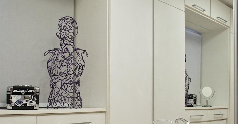 A arquiteta Luciana Bicheri aproveitou os 7,30 m² de área mobiliando o closet com peças sob medida feitas de  compensado revestido por laminado que imita a textura do couro