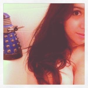 """A atriz pornô April O´Neil é o sonho ideal de todo nerd: fã do seriado """"Doctor Who"""", frequentadora da Comic Com e com o nome artístico igual ao da repórter das """"Tartarugas Ninja""""."""