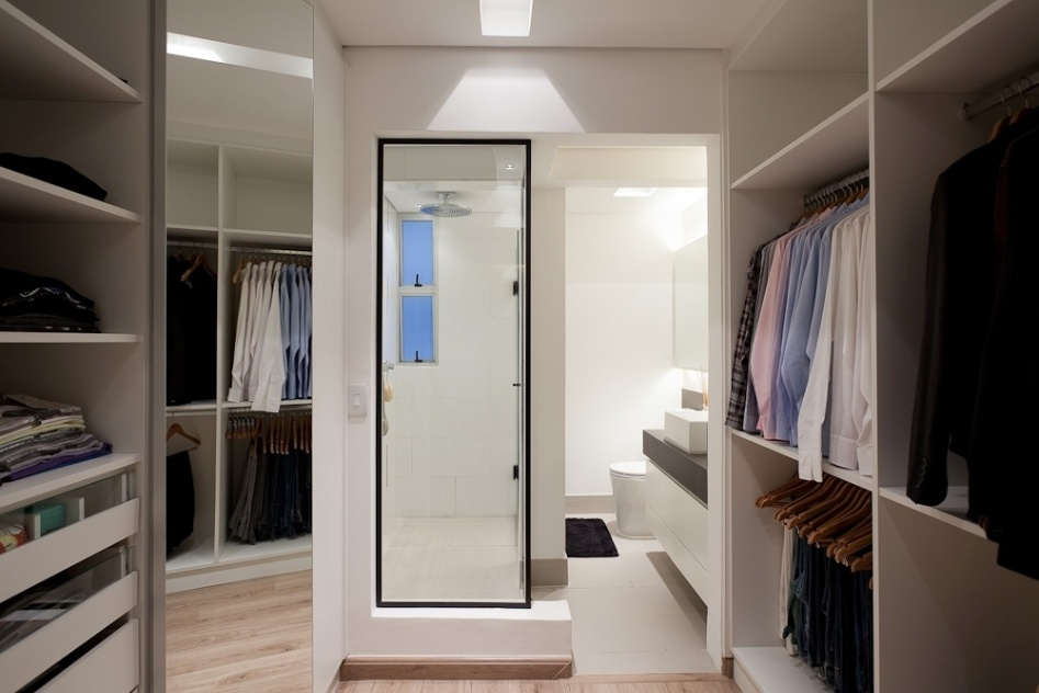 Com estrutura de MDF e ferragens Blum, este closet (6 m), idealizado e feito sob medida pelas arquitetas Andrea Lucchesi e Carolina Razuk,  integrado ao banheiro atravs da abertura de vidro. Nos rasgos do forro foi embutida a iluminao que tem efeito difuso