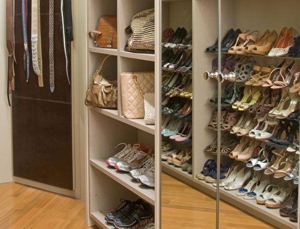 Com planta irregular, esta área do closet assinado por Samy e Rick Dayan também tem armários, nichos e sapateiras pensadas sob medida