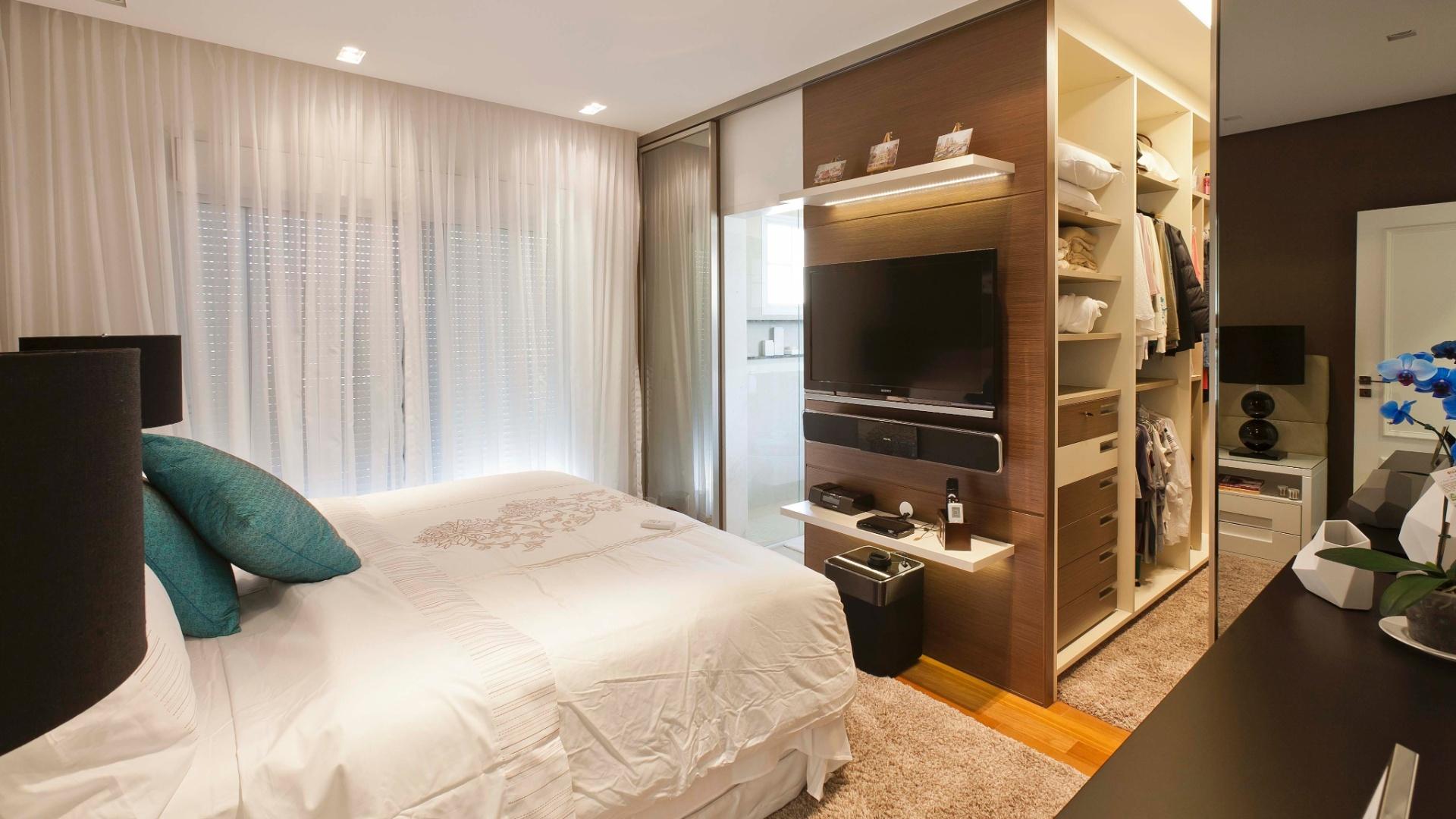 Projetado segundo o desenho da arquiteta Selma de Sá este closet com  #A56926 1920x1080 Armario Banheiro Modulado