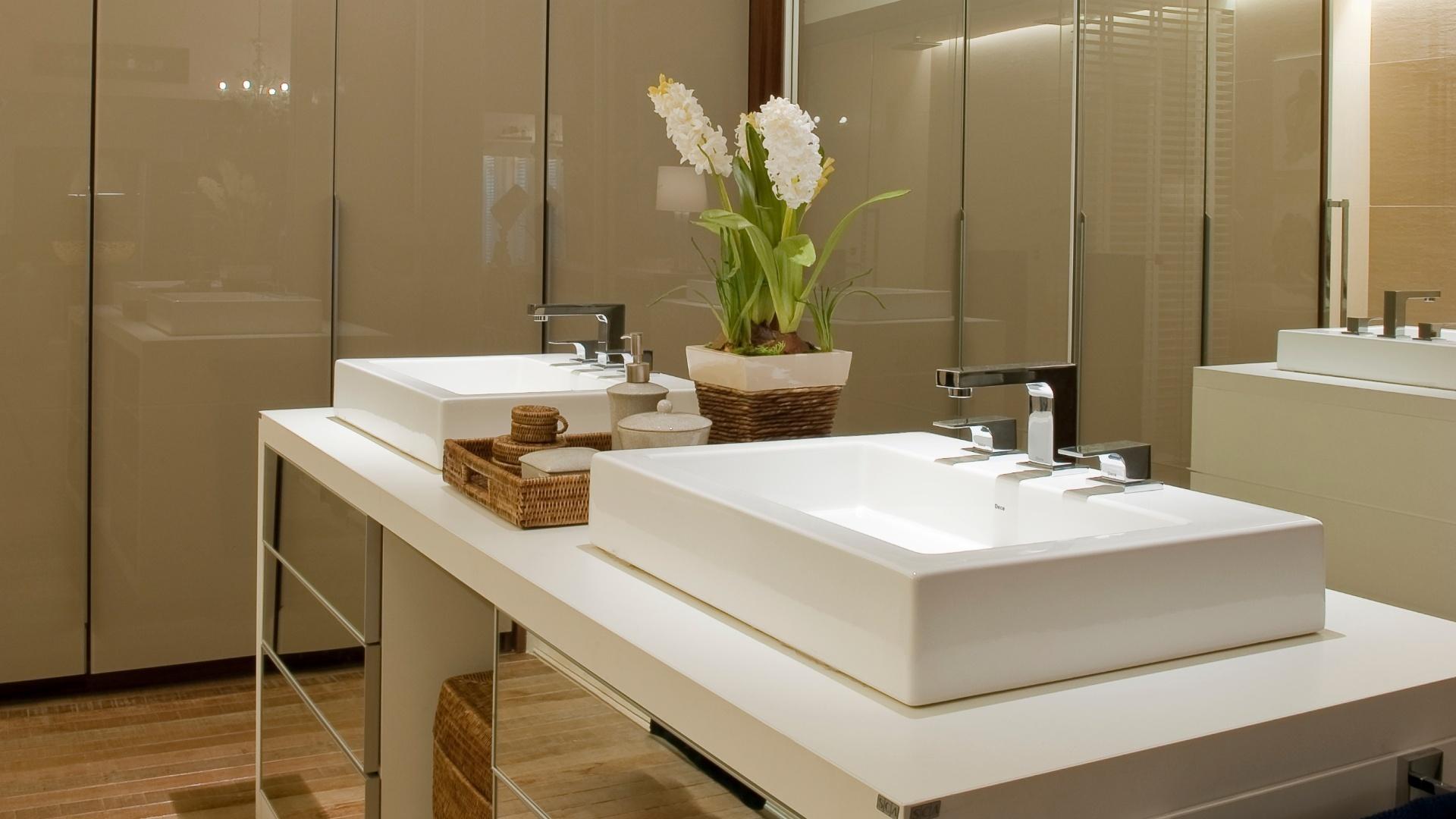No centro do closet (12 94 m²) projetado pelo arquiteto Gustavo  #51590B 1920x1080 Bancada Banheiro Laca