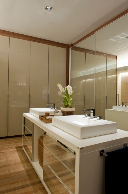 De 3 a 40 m² inspirese em projetos bacanas e monte um closet em sua casa   -> Banheiros Planejados Sca