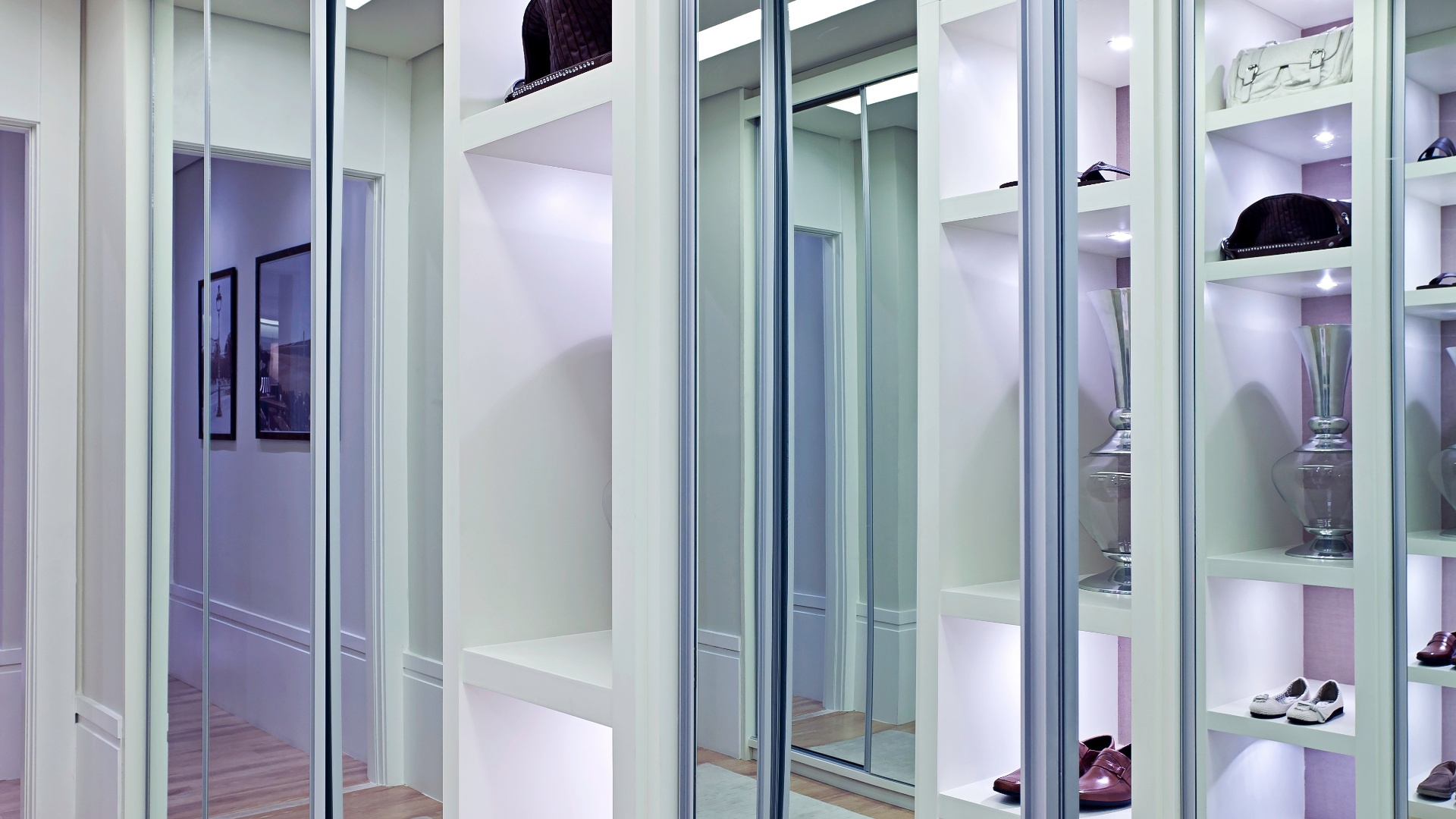 O closet com 12 m est instalado na passagem para a sute e conta com armrios espelhados e nichos. O espao foi idealizado sob medida pela arquiteta Maithi Guedes