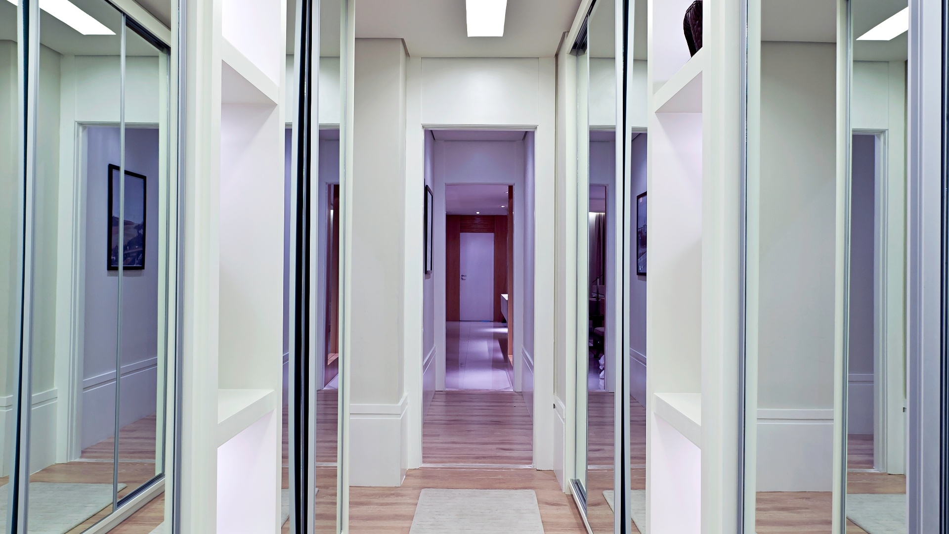 closet com 12 m² está instalado na passagem para a suíte e conta  #261A2A 1920 1080