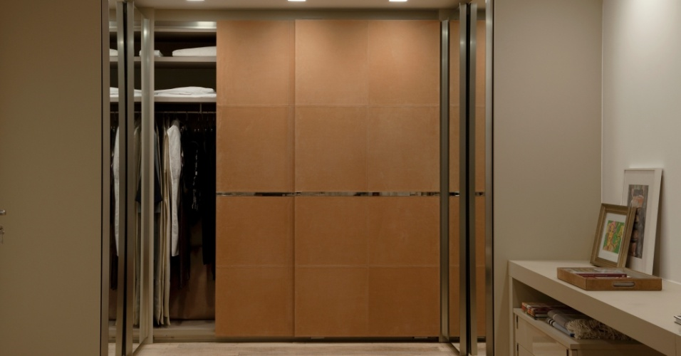 O diferencial do closet (8,10 m²), planejado sob medida pela arquiteta Deborah Roig, é o revestimento em camurça das portas frontais com puxadores cromados. Para facilitar a visão na hora de vestir, ela revestiu as portas laterais com espelhos. Repare que as portas são de correr para economizar espaço e que o projeto inclui uma bancada
