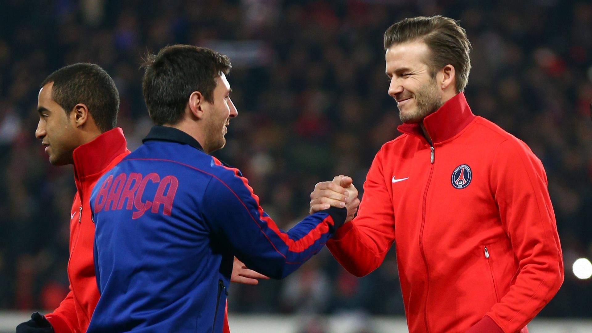 02.abr.2013- Ao lado de Lucas (e.), Beckham cumprimenta Messi antes da partida entre PSG e Barcelona pelas quartas da Liga dos Campeões