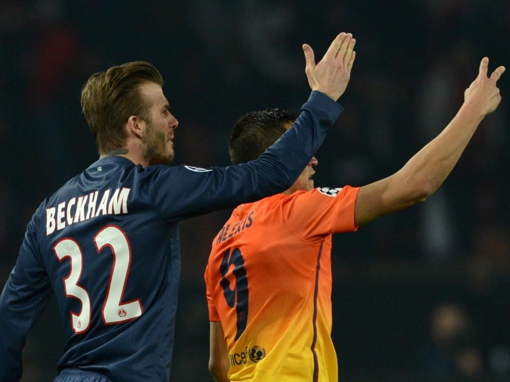 02.abr.2013- David Beckham e Alexis Sanches acenam durante jogo entre PSG e Barcelona pela Liga dos Campeões