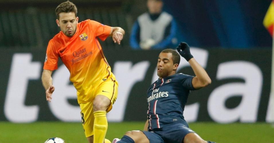 02.abr.2013- Lucas dá carrinho para tentar tirar bola de Jordi Alba durante jogo das quartas de final da Liga dos Campeões entre PSG e Barcelona