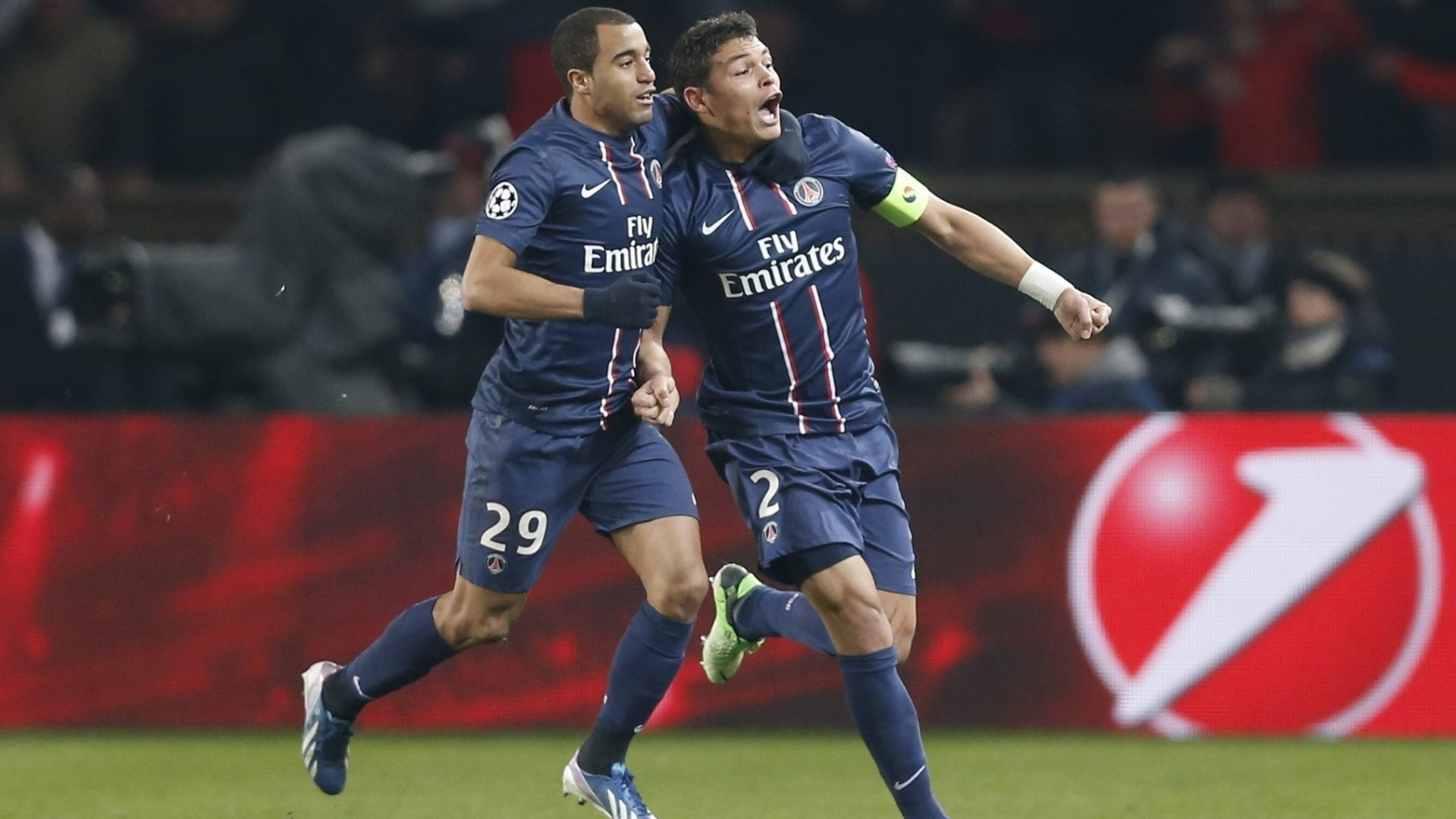 02.mar.2013 - Brasileiros Lucas (esq) e Thiago Silva, do PSG, comemoram o gol do empate por 2 a 2 com o Barcelona