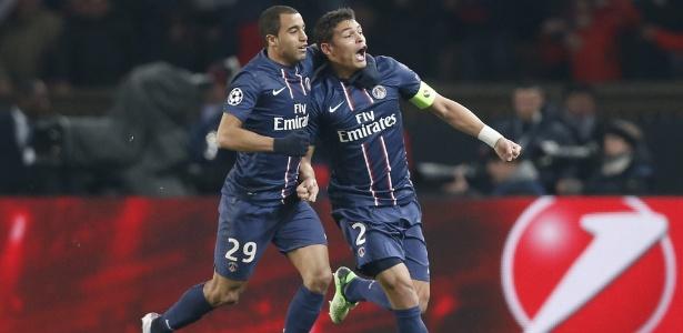 Lucas (esq) comemora com Thiago Silva o 2 a 2 do PSG contra o Barcelona, nesta terça