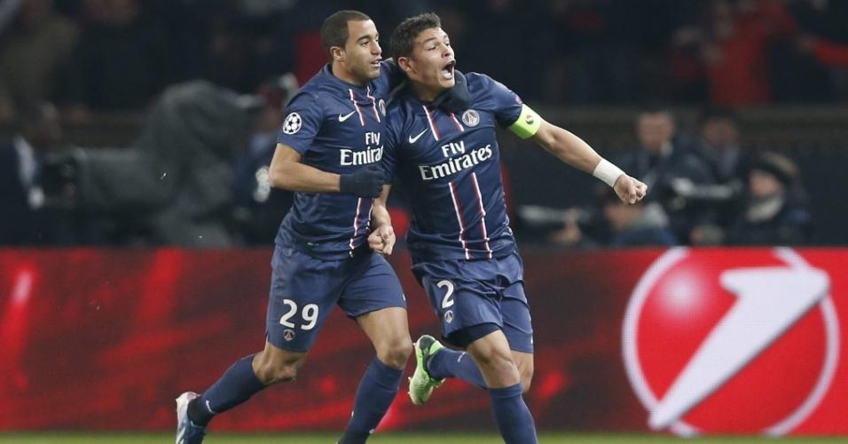 02.mar.2013 - Brasileiros Lucas (esq) e Thiago Silva, do PSG, comemoram o gol do empate por 2 a 2 com o Barcelona