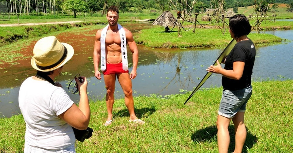 1º.abr.2013 - Candidatos a Mister Brasil 2013 posam para fotos oficiais no Portobello Resort e Safari, em Mangaratiba