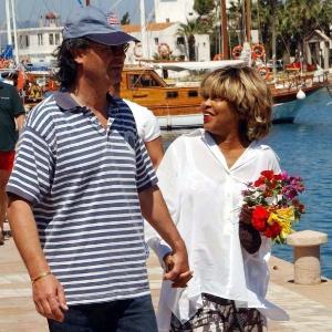 29.maio.2002 - Tina Turner e o namorado, Erwin Bach, passeiam na marina de Datca, na costa da Turquia