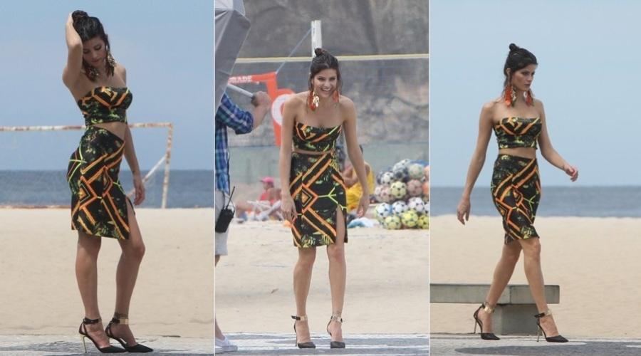 2.abr.2013 - A modelo Isabeli Fontana fez um ensaio de moda na praia do Leme, na zona sul do Rio