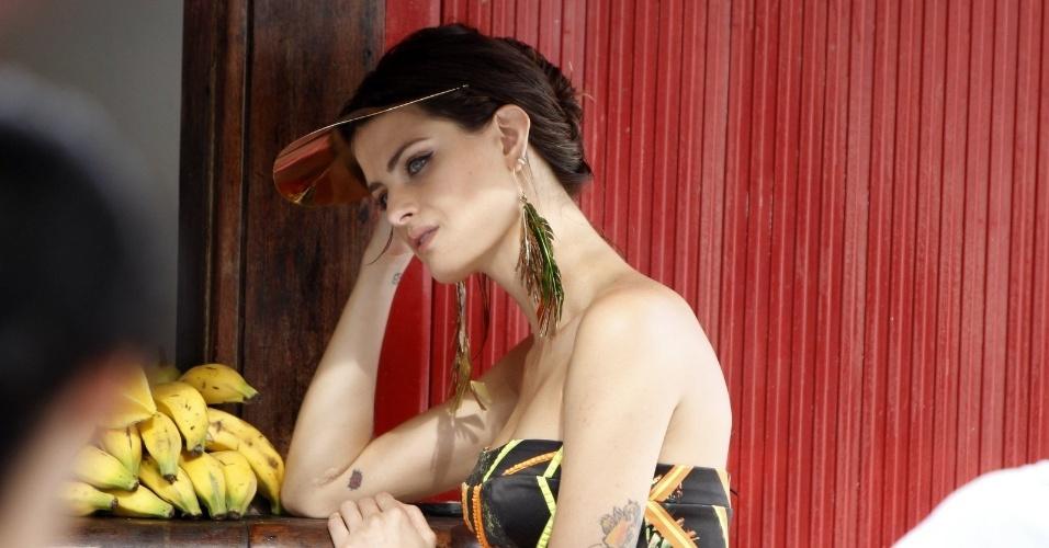 2.abr.2013 - A modelo Isabeli Fontana fez um ensaio fotográfico na praia do Leme, zona sul do Rio