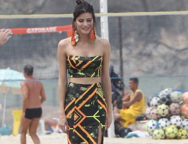 2.abr.2013 - A modelo Isabeli Fontana fez um ensaio fotogrfico na praia do Leme, zona sul do Rio