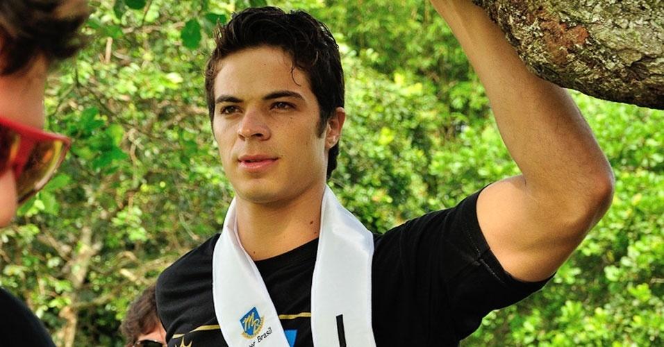 2.abr.2013 - Candidato a Mister Brasil 2013 se prepara para foto a prova de esportes