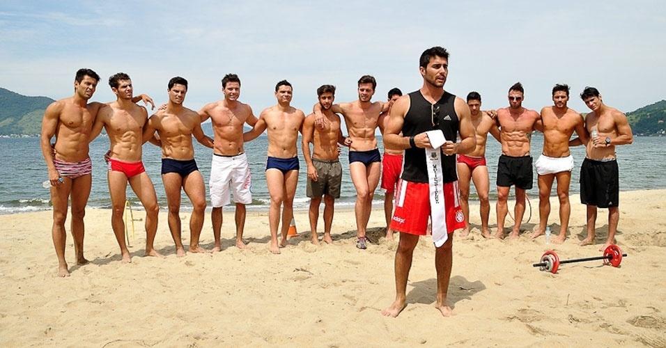 2.abr.2013 - Candidatos do Mister Brasil 2013 aguardam o anúncio da prova de esportes, que foi vencida pelo Mister Tocantins, Douglas Schwengber