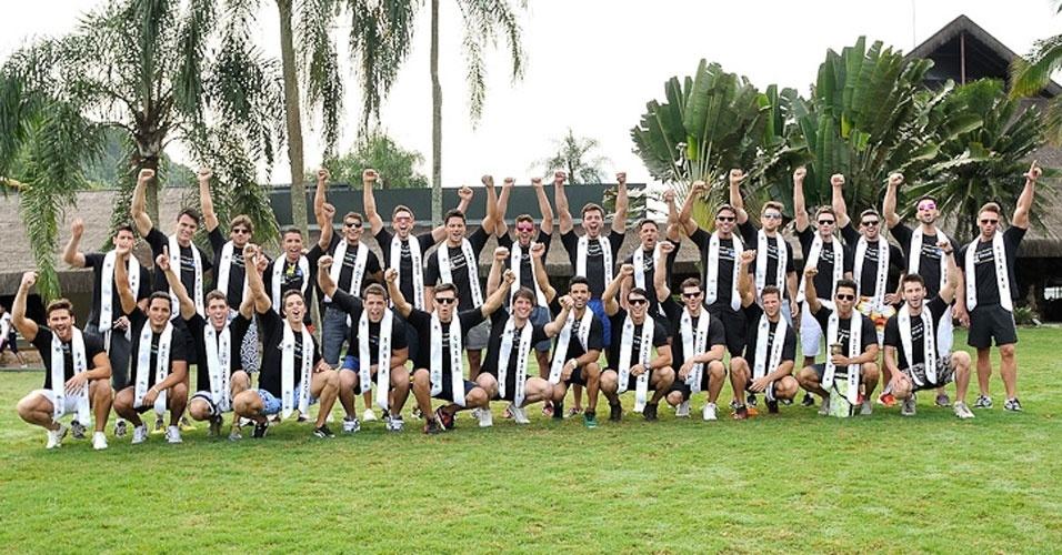 2.abr.2013 - Candidatos do Mister Brasil 2013 posam para foto antes de participarem da prova de esportes, que foi vencida pelo Mister Tocantins, Douglas Schwengber