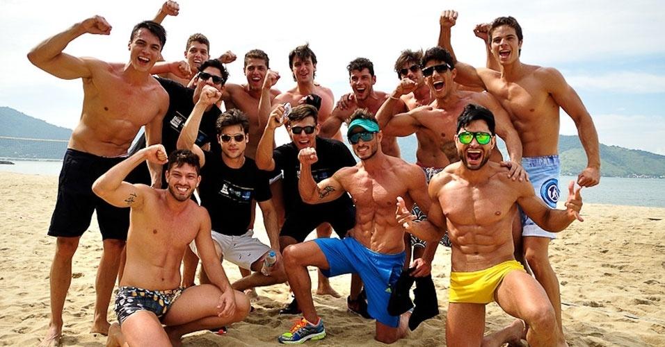 2.abr.2013 - Candidatos do Mister Brasil 2013 posam para foto após participarem da prova de esportes, que foi vencida pelo Mister Tocantins, Douglas Schwengber