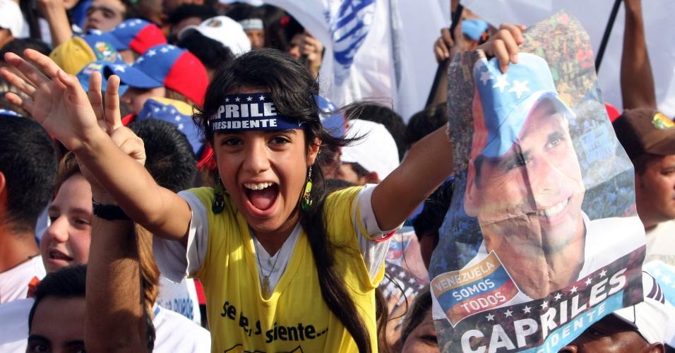 2.abr.2013 - Garota segura retrato de Henrique Capriles durante o ato de abertura da campanha do candidato, em Maturín, no nordeste venezuelano