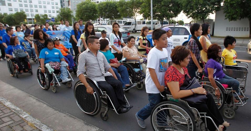 2.abr.2013 - Grupo de pessoas em cadeiras de rodas unem-se a manifestação pelo Dia Mundial de Conscientização sobre o Autismo em Manila, das Filipinas