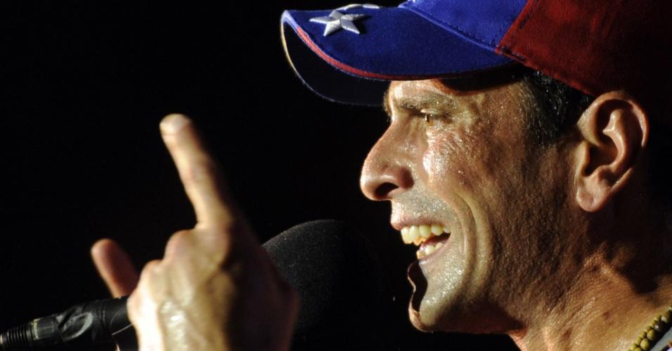 2.abr.2013 - Henrique Capriles discursa para seu eleitorado, na cidade de Maturín, no nordeste da Venezuela. As eleições presidenciais do país estão marcadas para o dia 14 de abril e Caprilles está 20 pontos atrás do candidato governista, Nicolás Maduro, nas pesquisas de intenção de voto
