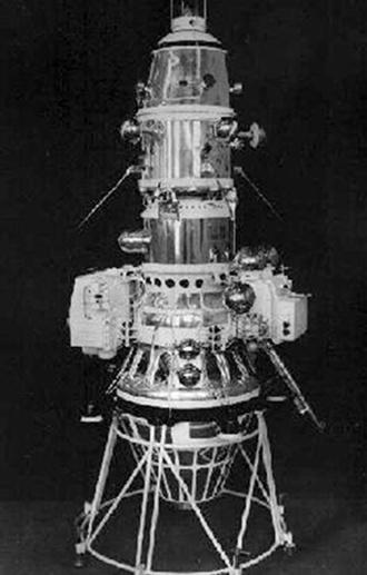 2.abr.2013 - A sonda Luna 10 (ou Lunik 10) foi o primeiro objeto feito pelo homem a dar uma volta ao redor da Lua em 1966, tornando-se, também, o primeiro equipamento a orbitar um astro além da Terra. A sonda russa de 245 quilos foi lançada em 31 de março daquele ano acoplada a um foguete, entrou na órbita da Lua três dias depois e terminou a volta no satélite como planejado, em 4 de abril, mesma data em que ocorria a 23º Internacional, o congresso anual do Partido Comunista da então União Soviética. O objetivo da Luna 10 era estudar o ambiente lunar, além de dar mais experiências em missões orbitais aos cientistas do programa espacial russo