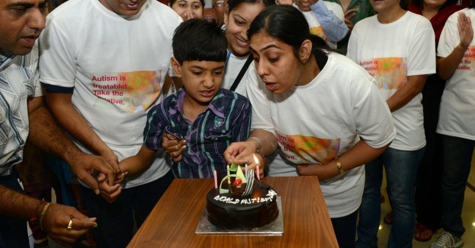 2.abr.2013 - Mãe e filho celebram o Dia Mundial de Conscientização sobre o Autismo em Ahmedabad, na Índia